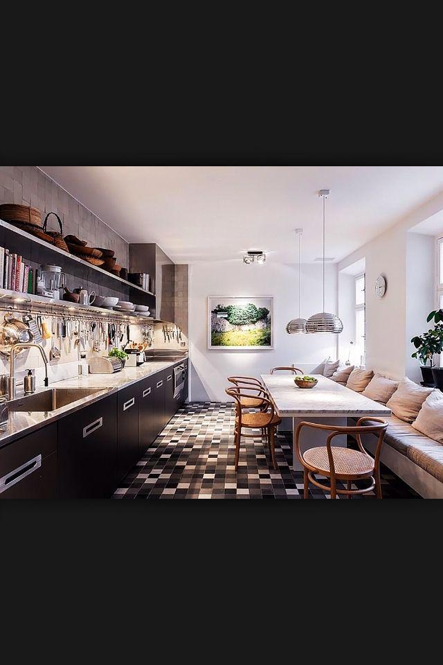 Cozinha comprida com sofá