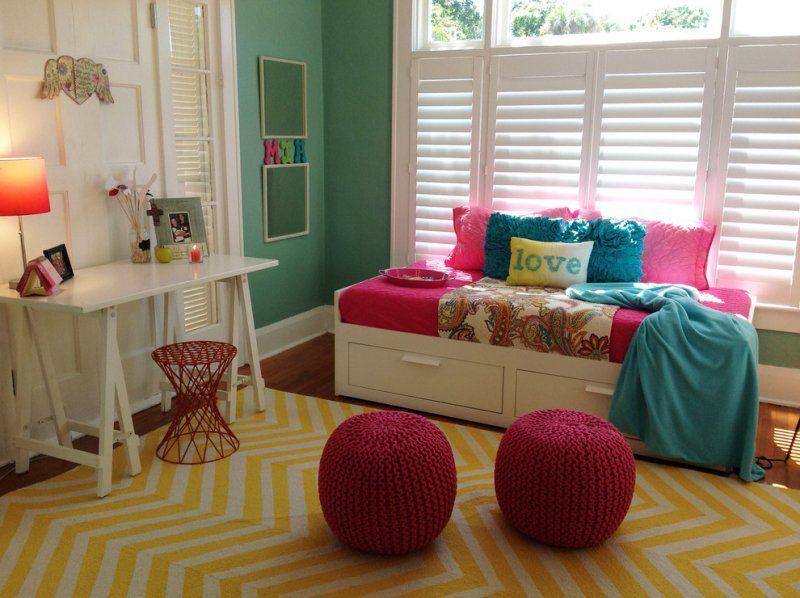 chambre fille avec murs verts, poufs rose, coussins turquoise et ...