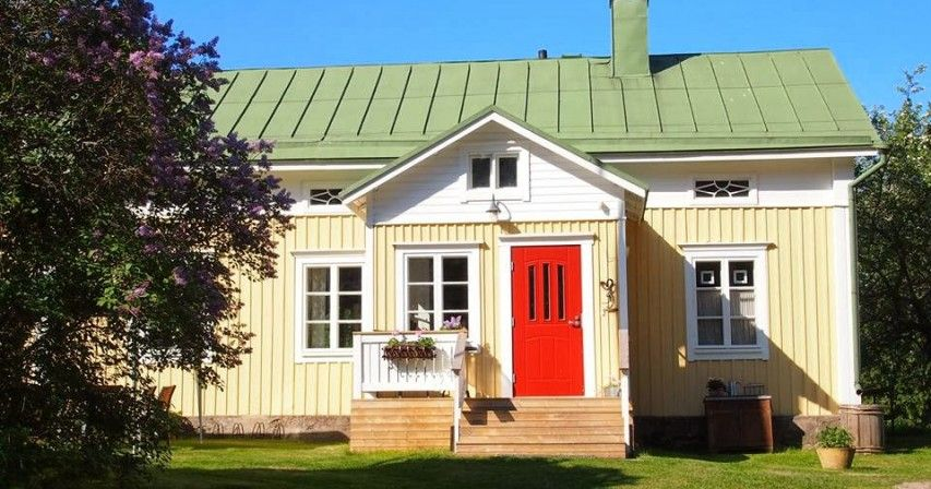 Keltainen talo - Old Log House. Interesting bright red front door