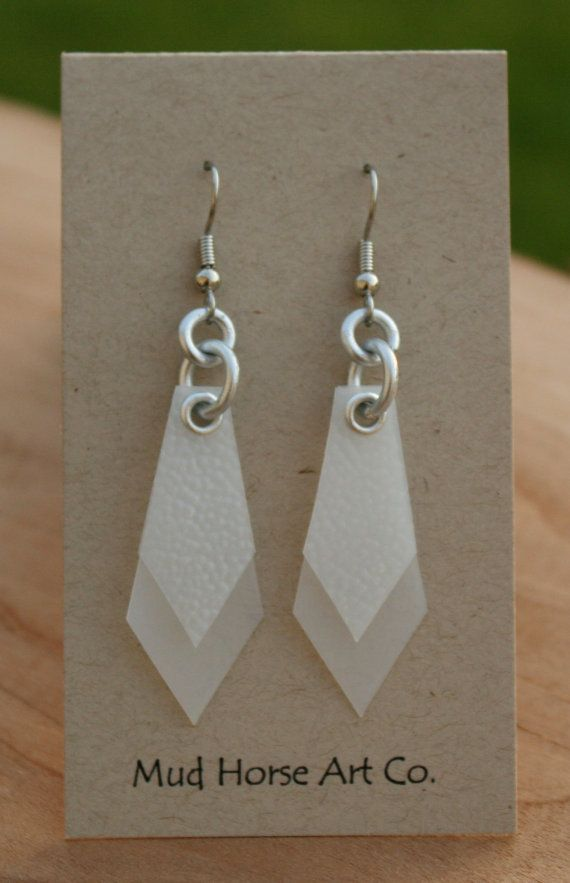 Pendientes de plástico de jarras de leche recicladas - Recycled Plastic Milk Jug Earrings http://www.etsy.com/listing/75220369/upcycled-recycled-white-plastic-milk-jug?ref=sr_gallery_6&ga_search_type=all&ga_includes%5B0%5D=materials&ga_search_query=aluminum_jump_rings&ga_facet=