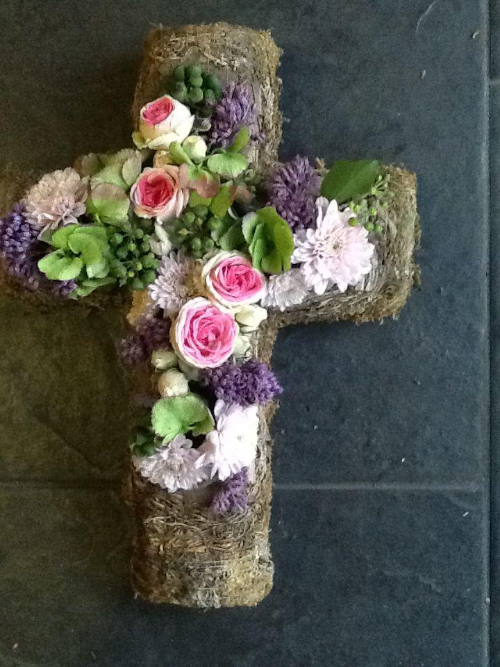 Cruz de musgo y flores