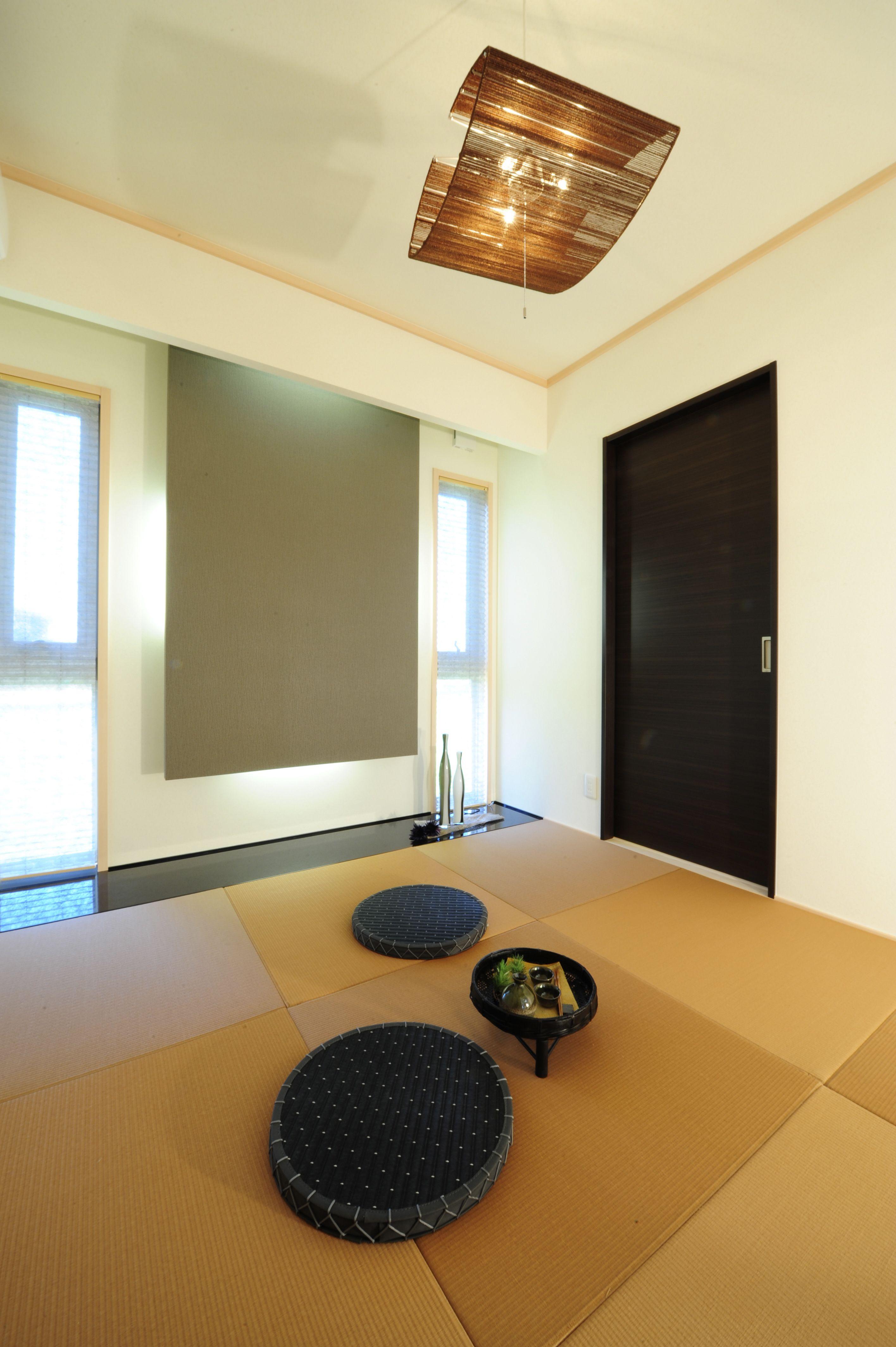 オシャレな琉球畳が濃い色により モダンな雰囲気の和室がこだわりの家です