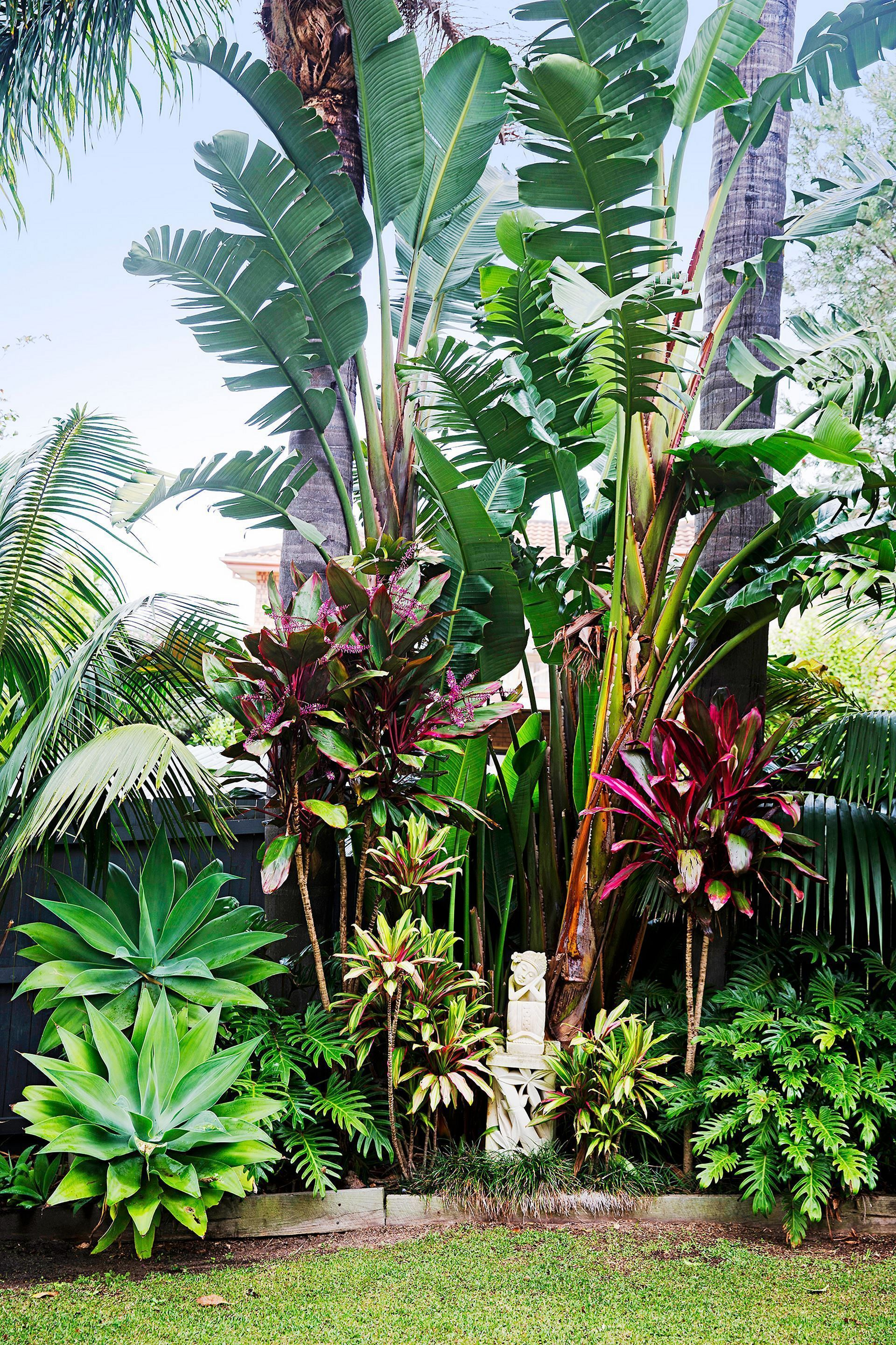 15 Beautiful Tropical Front Yard Landscape Ideas To Make Your Home More Awesome Freshouz Com Tropical Landscape Design Tropical Garden Design Tropical Landscaping