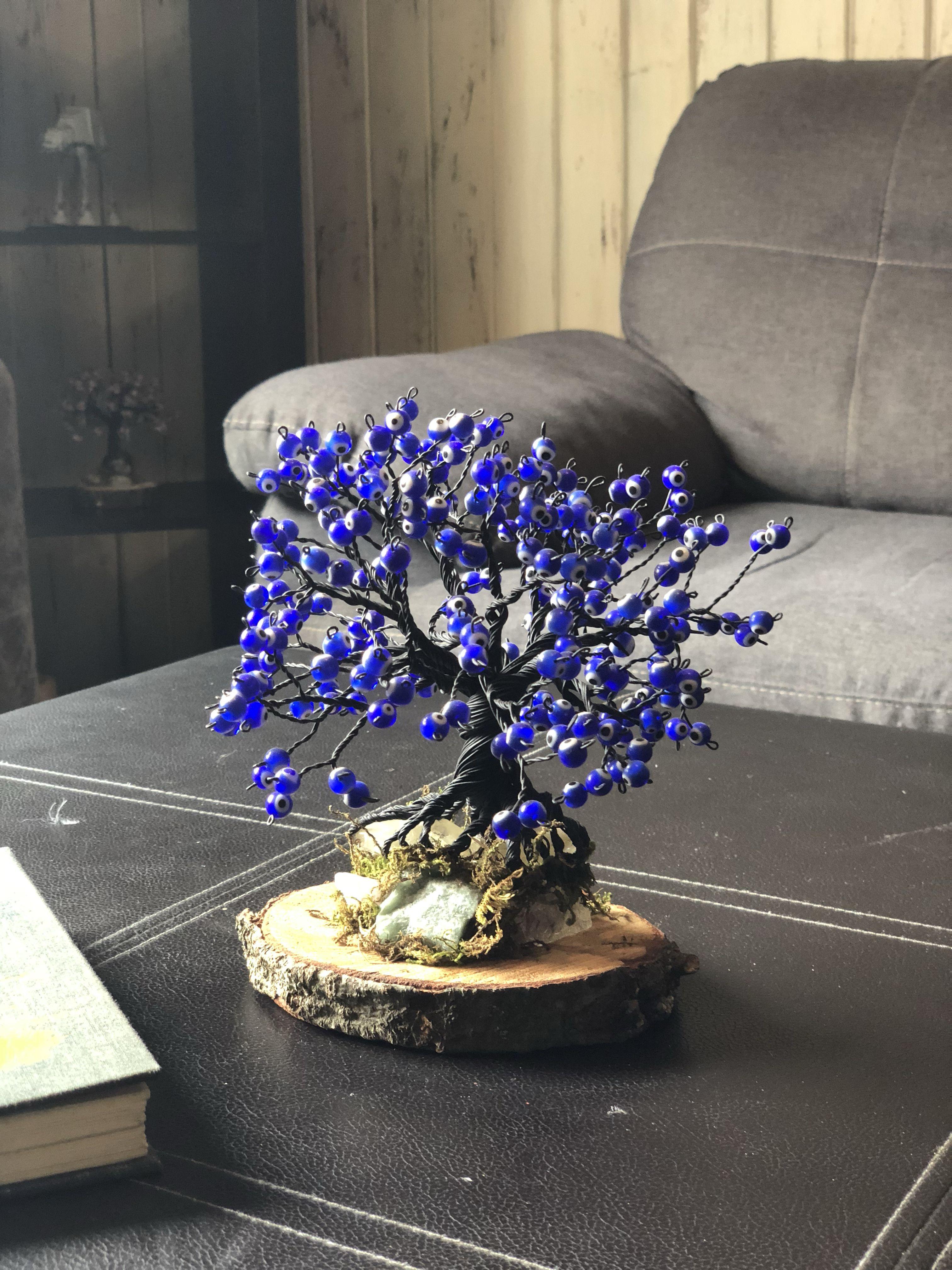 0a6520527dc8 Árbol de alambre tipo bonsai con cuentas de ojo turco color azul hecho a  mano pintado color negro y montado sobre base de madera