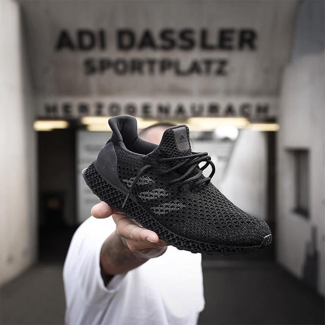 Un'occhiata all'adidas tutto nero, 3d pubblicato foto