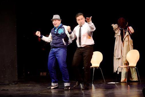 """Locker in der Hüfte kommen """"Ozan & Tunç"""" mit einem Bauchtanz auf die Bühne. Im Jungen Theater sorgt das gleich für gute Laune. Die beiden wissen, wie man..."""
