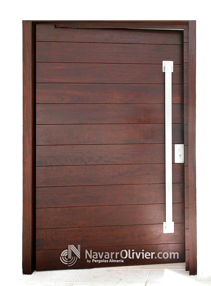 Puerta abatible sobre eje descentrado en madera de iroko for Puertas en madera para exteriores