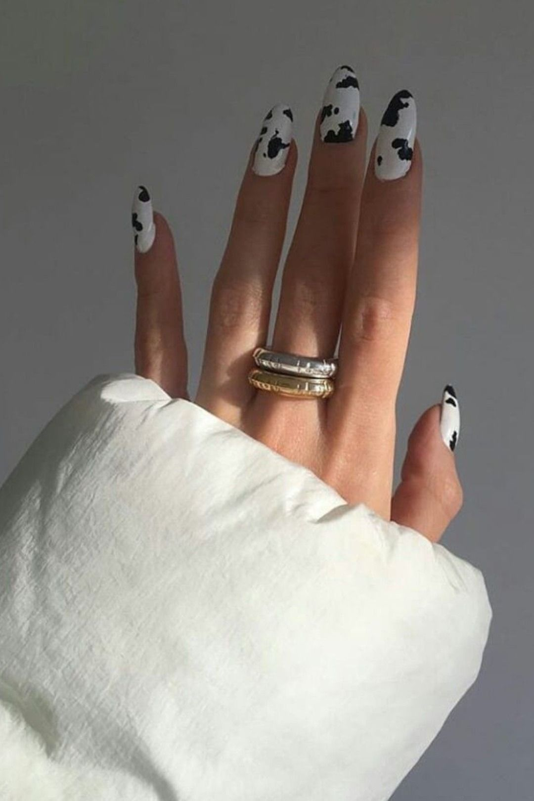 Beauty | Ariana Grande | Cow | Cow Print | Nails | Gel Nails | Acrylic Nails | Nagels | Long | Silver | Gold | Ring | Koeien Print | Zilvere | Goude | Ring | Inspiration | More On Fashionchick