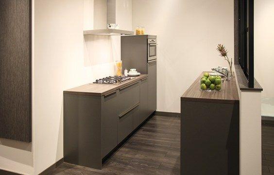 Keuken Kleine Kleur : Moderne keuken in rechte opstelling in een basalt kleur perfect voor