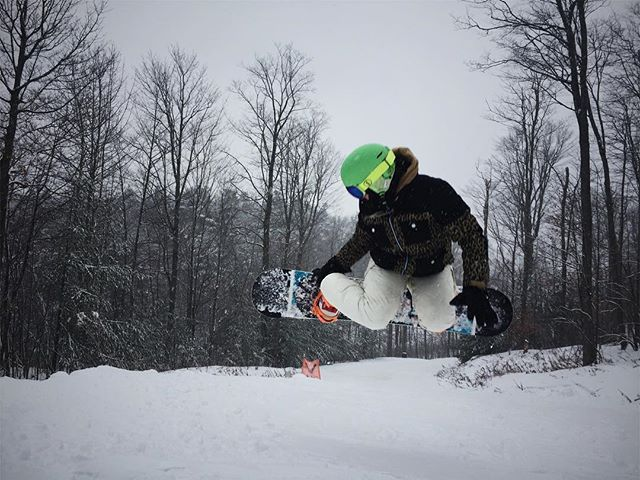 Jazz hands forever 🤗🏂 #snowboarding #ridingisthereason #lakeridge #powderday #boardgrab #lifeisbetteronthetrails #vsco #girlswhoshred #shredbetties