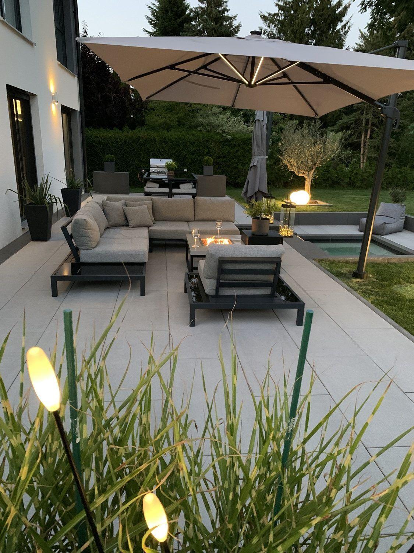 Moderne Gartenmöbel - Bequeme Sitzlounge mit passendem Gartentisch