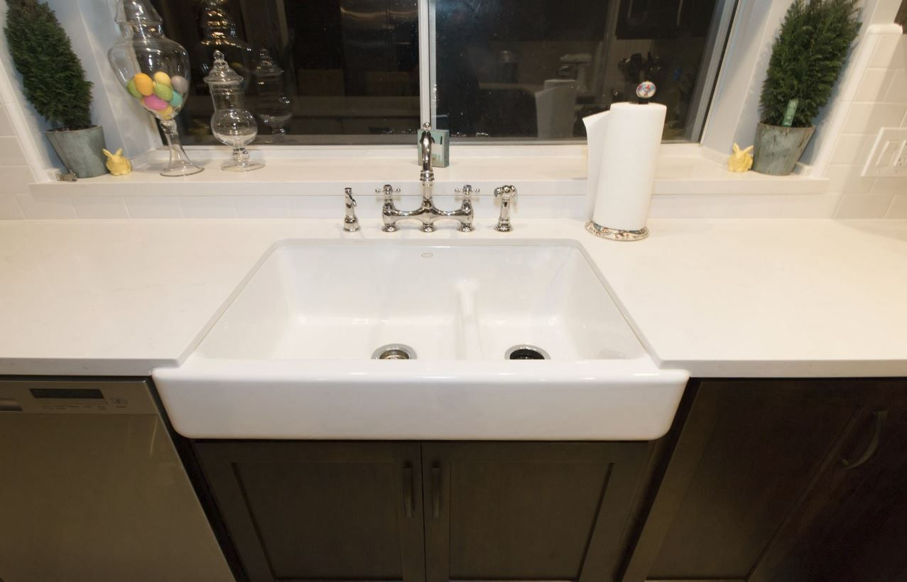 Kohler Whitehaven Smart Divide In White With Caesarstone Frosty Carina And  Chrome Bridge Faucet