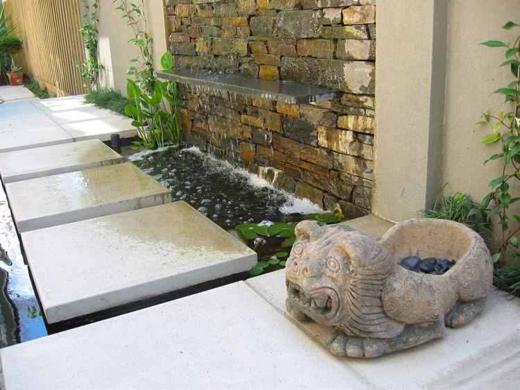 idee-gartenteichgestaltung-trittplatten-beton-wasserfall-anlage - garten steinmauer wasserfall