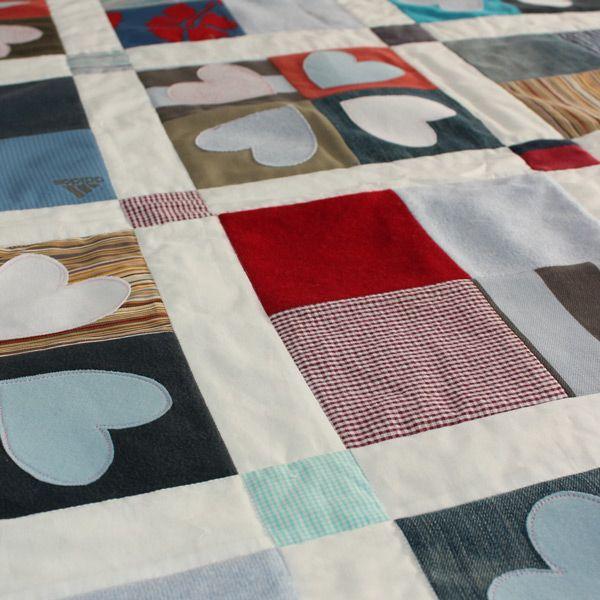 Image issue du site Web http://www.patchworkcastle.co.uk/wp-content/uploads/2012/06/keepsake-memorial-patchwork-quilt-adult-clothing-close-up.jpg