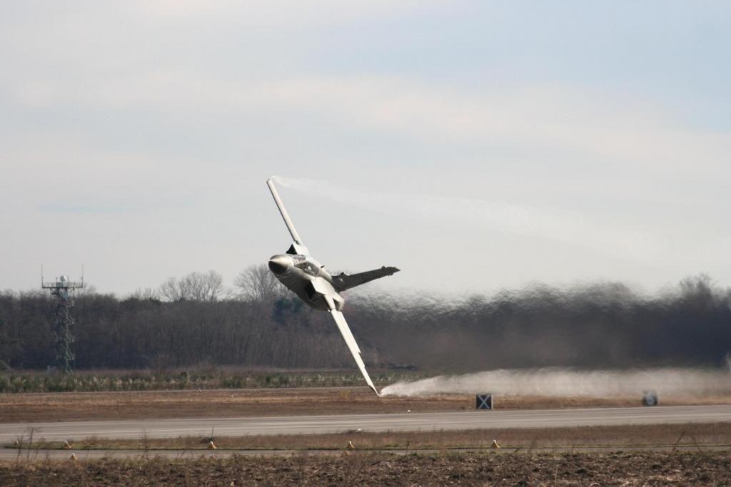 Dancing with danger - RAF Tornado  pic.twitter.com/WiTEVshiAb
