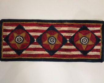 Primitive Hand hooked wool rug di JulieMayfieldHome su Etsy