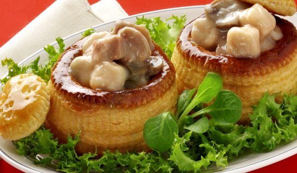 Буше с пиле и гъби (Bouchee a la Reine) - Рецепта. Как да приготвим Буше с пиле и гъби (Bouchee a la Reine). Запържете лука в маслото до омекван...