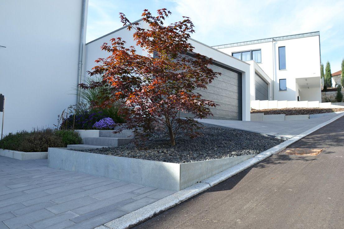 Heim Galabau | Moderne Gartengestaltung am Hang | Vorgarten ...