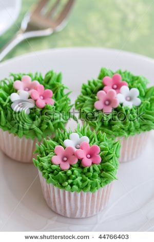 b9dc34df0e75 Grass   flower cupcakes..add a chick...cute for easter