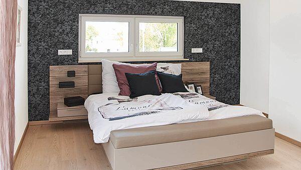 Schlafzimmer brauner Holzfußboden weiße Wände schwarze