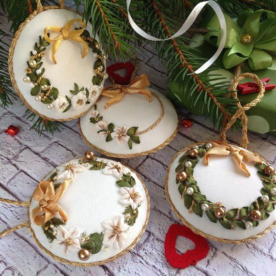 Set of 4 white gold Christmas tree ornaments Ribbons and beads