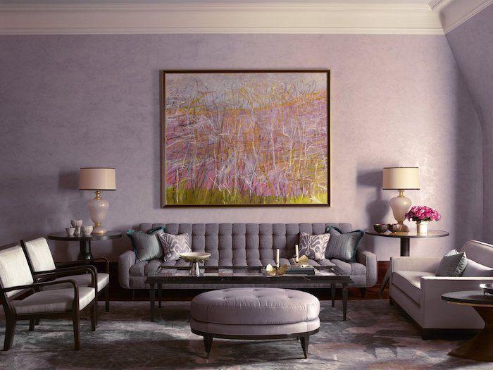 Wohnzimmer In Lila, Graue Möbel, Farben Kombinieren, Gemälde An Der Wand  Und Weiße