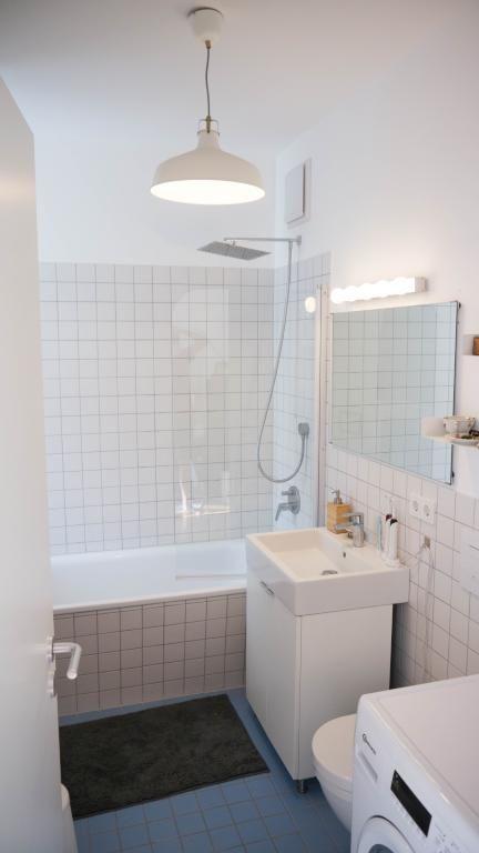 Helles Badezimmer Mit Weissen Fliesen Modernen Mobeln Und Waschmaschine Bathroom Badezimmer Schone Badezimmer Helle Badezimmer Badezimmer Mit Weissen Fliesen