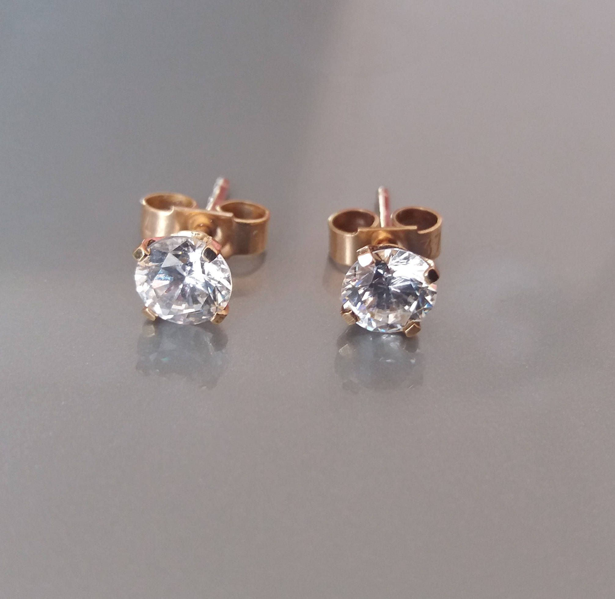 Classic 9ct Gold Stud Earrings made with Diamond Cubic Zirconia aTi3ociXl
