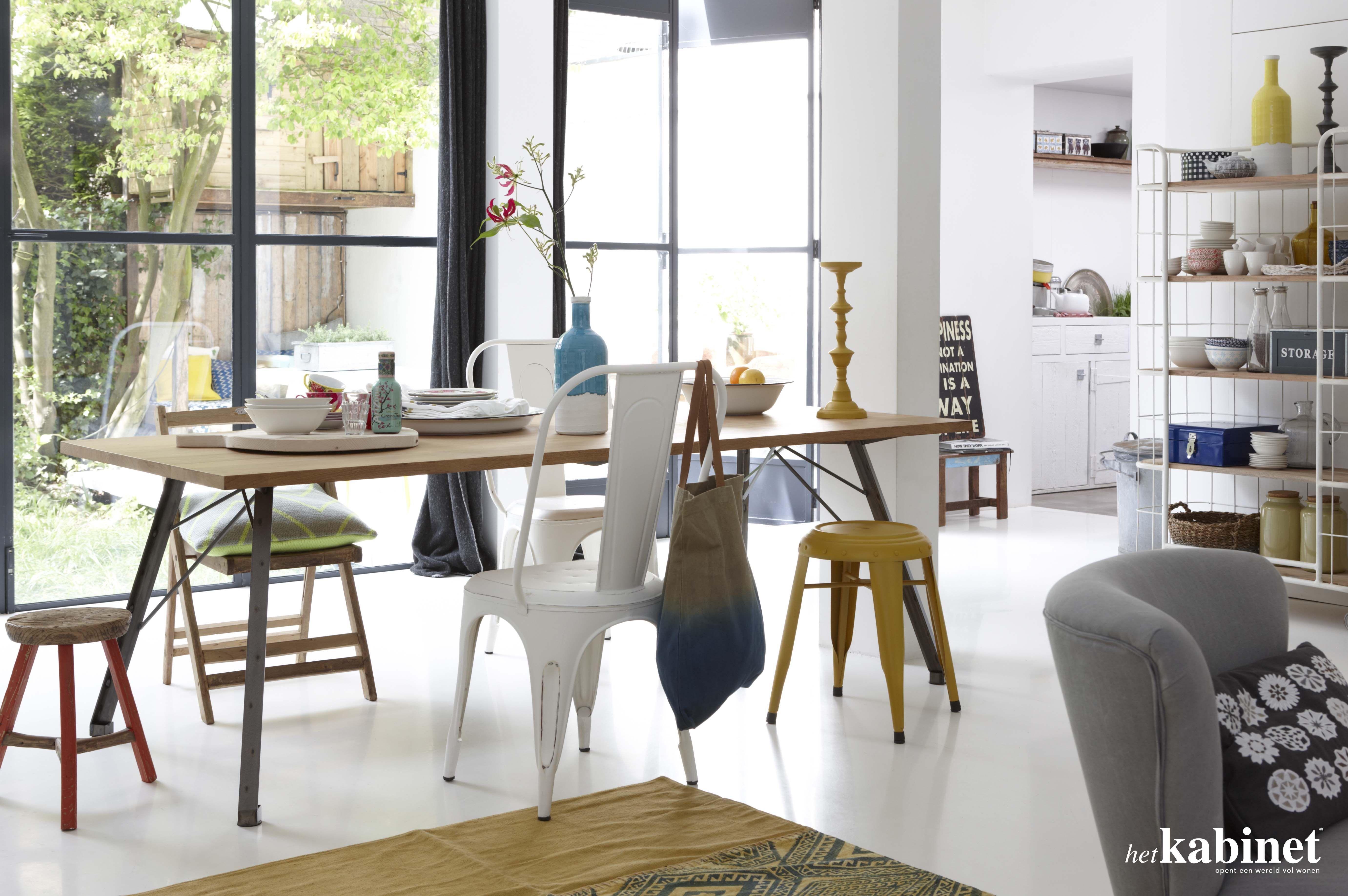 Leuke verzameling van verschillende stoelen en krukjes aan for Eettafel en stoelen