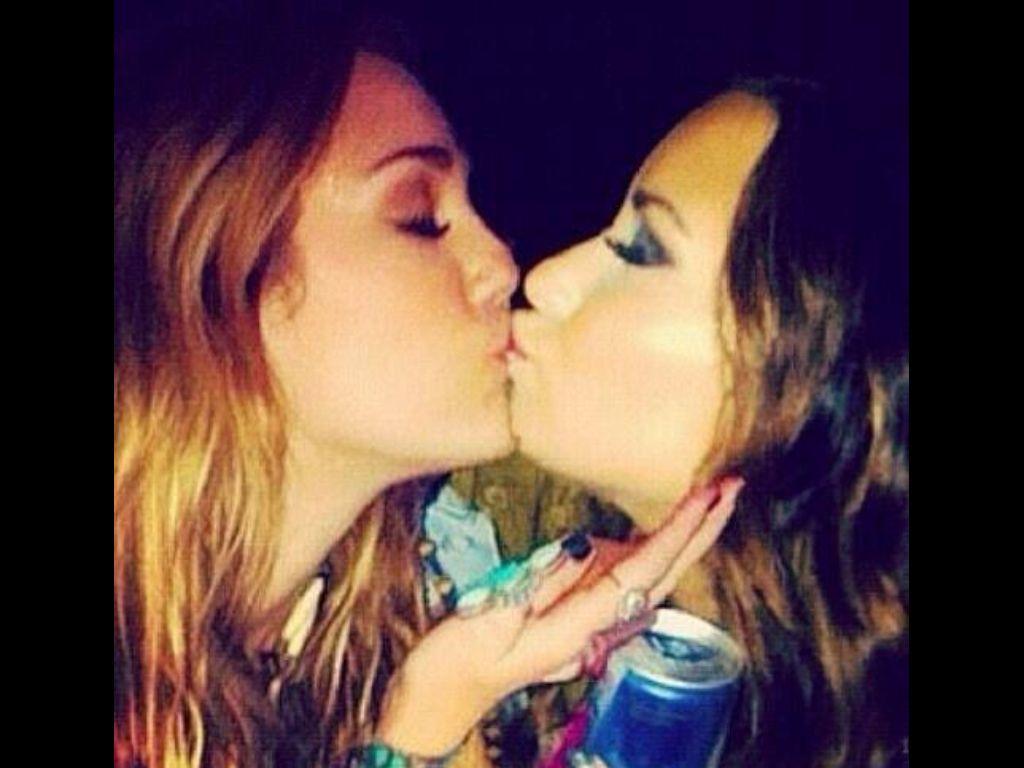 Selena gomez lesbian kiss
