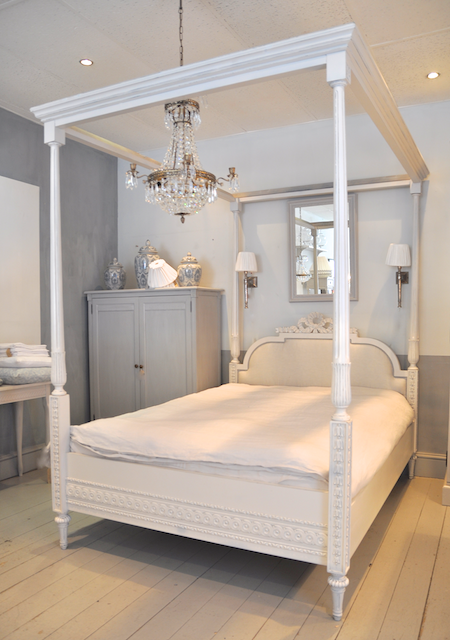GUSTAVIAN 4 POSTER Bed; I Like The Placement Of The Lights