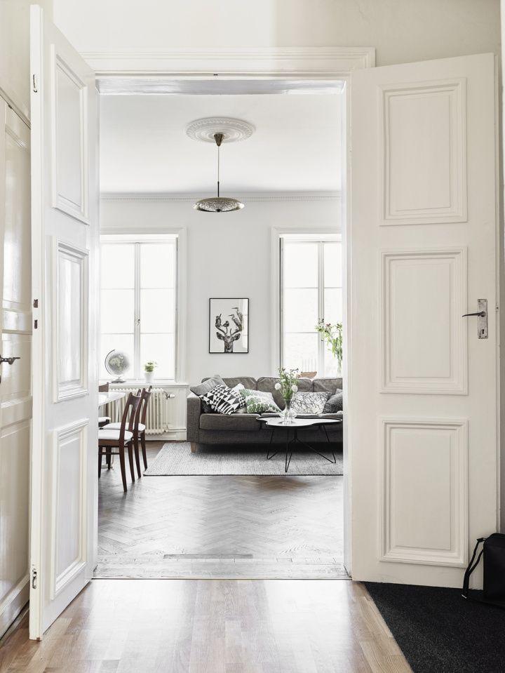 Madera oscura paredes blancas y contraventanas for the - Casas de madera nordicas ...