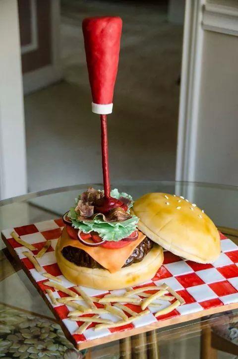 Genial!!! Pastel con forma de hamburguesa y papas Pastel vainilla ,cobertura de foundant. Michelle Ibeth*