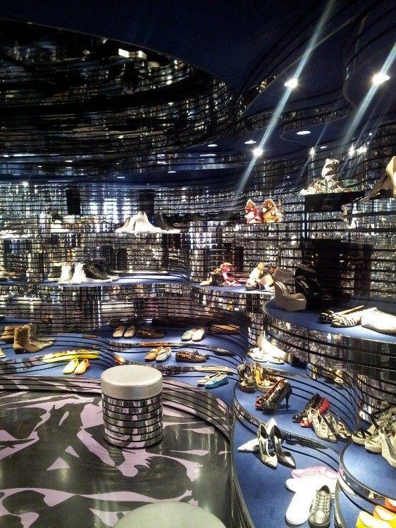 de schoenenwinkel shoebaloo in maastricht heeft een spiegelend interieur gekregen net als bij de shoebaloo
