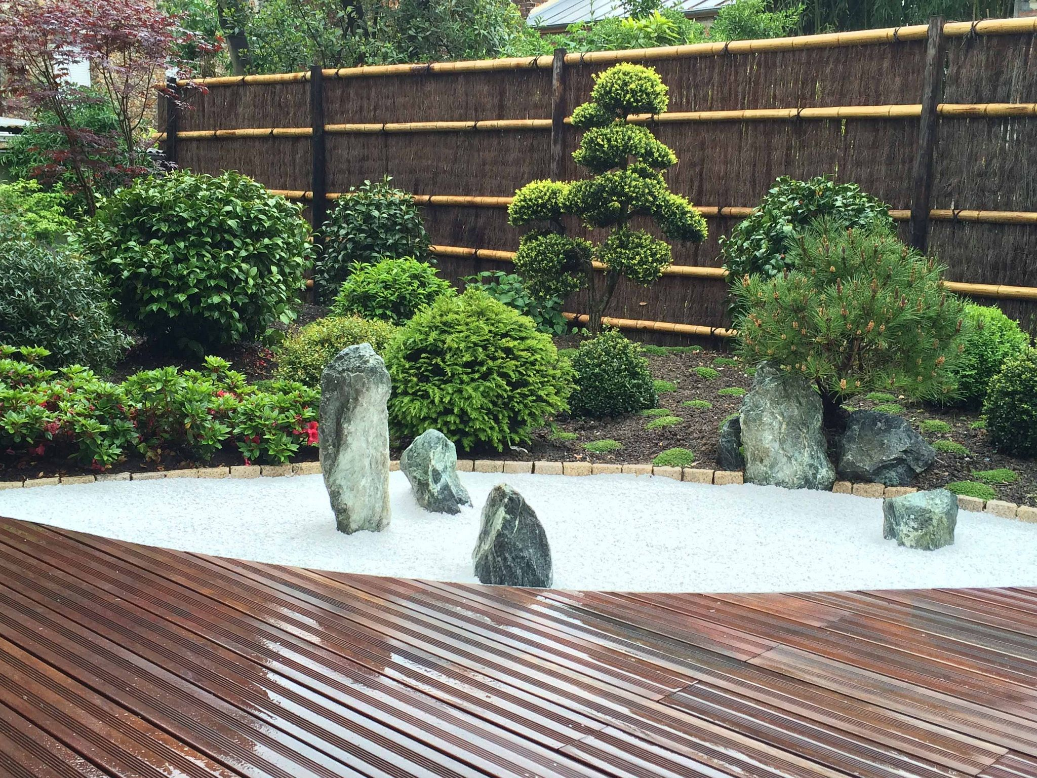 Jardin japonais rouge vue du jardin sec | Jardin japonais | Small ...