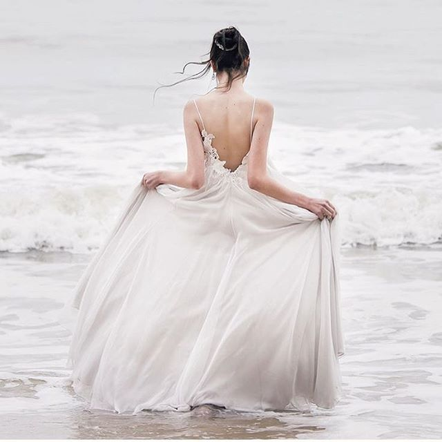 Toda leveza e delicadeza desse vestido @juliapakatelier para inspirar nossa sexta!  Amamos muito decote nas costas! 💛 #tulleinspira  Foto: @leonardo_tucci_fotografia