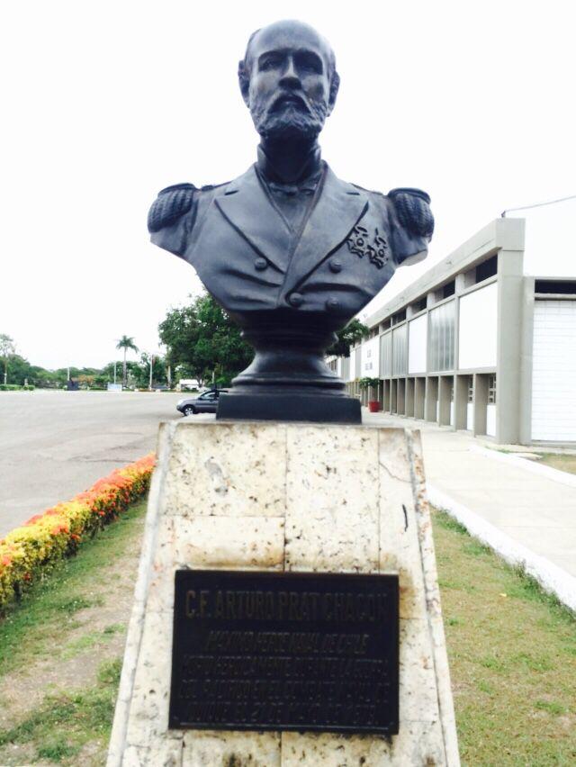 Busto al C.F. Arturo Prat Chacon. Máximo héroe naval de Chile, murió heroicamente durante la guerra del Pacífico en el combate naval de Iquique el 21-may-1879. En la Escuela Naval Almirante Padilla (ENAP) de la Armada Nacional de Colombia.
