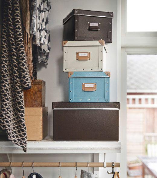 ein regal mit mehreren fj lla boxen mit deckel in braun elfenbeinwei und blau ikea storage. Black Bedroom Furniture Sets. Home Design Ideas