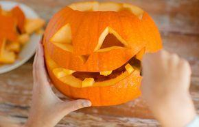Cómo Hacer Una Calabaza De Halloween En Casa Vaciar Una Calabaza Con Niños Puede Resolver Una T Calabazas Talladas Como Hacer Calabazas Calabazas De Halloween