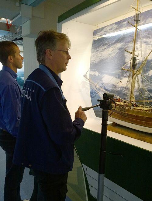 Ennen näyttelyn avajaisia Tietomaan henkilökunta tarkistaa kaikki näyttelykohteet useaan kertaan. Oulu (Finland)