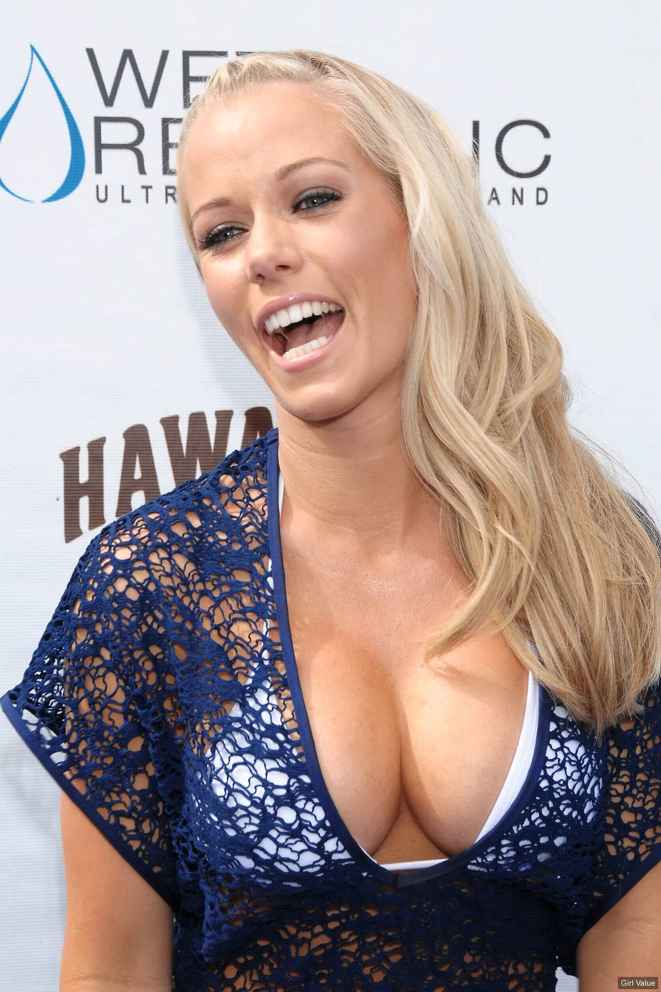 Kendra Wilkinson in loose blue dress with white brazier