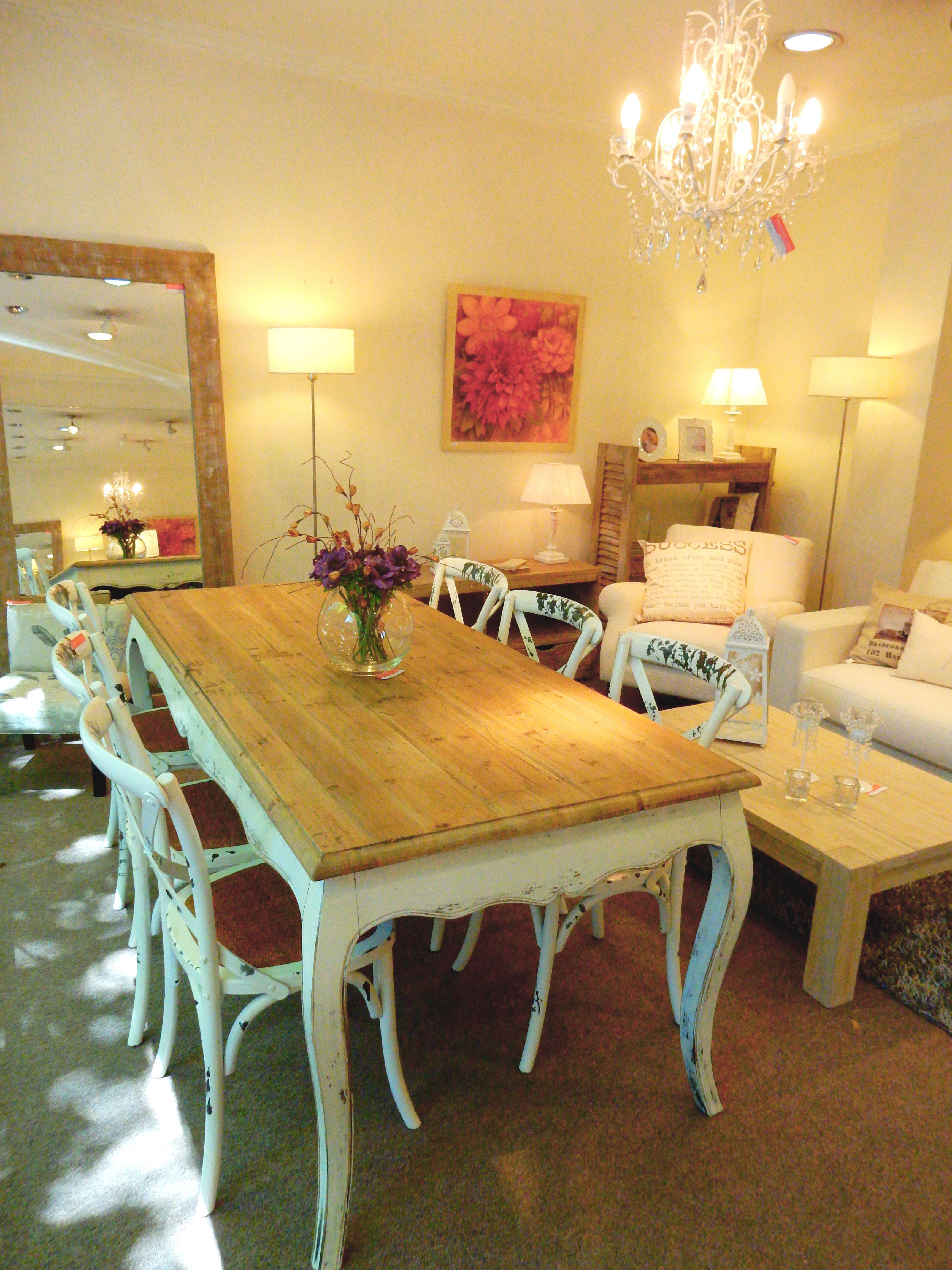 Comedor shabby shic, con mesa rústica de patas blancas y sillas ...