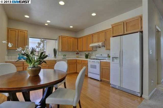 Laminate flooring with oak cabinets and white appliances Kitchen - farben für küchenwände