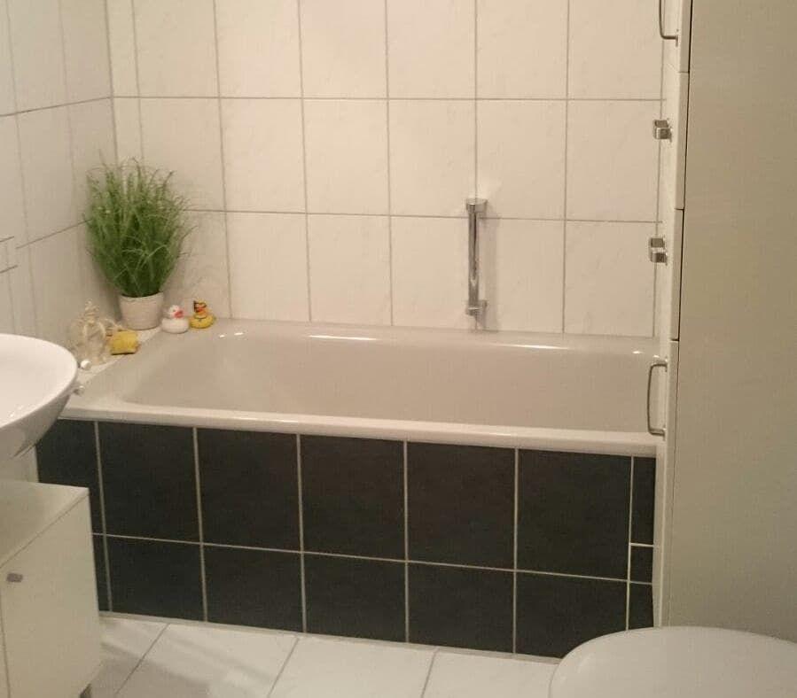 Badfliesen Badewanne Bad Dusche Folieren Folie Renovieren Diy Homedecor Inspiration Upcycling Nachhaltig Sel In 2020 Bathtub Corner Bathtub Alcove Bathtub