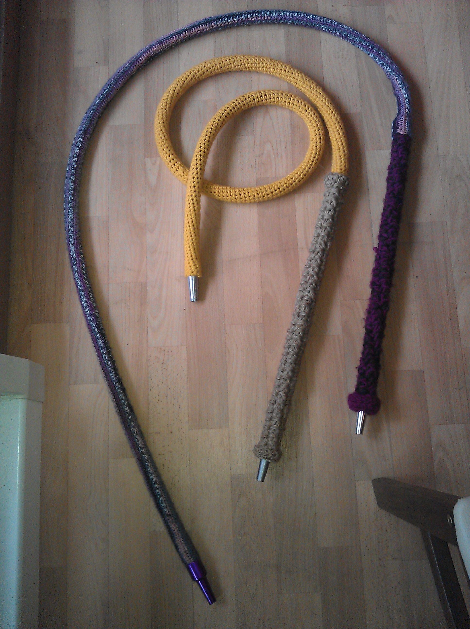 2 Shishaschläuche für meinen Mann umhäkelt. Der eine mit Paketband 4 fädrig und gelber Wolle. Der andere mit 3 verschiedenen Lilatönen 3 fädrig und bunter Wolle.