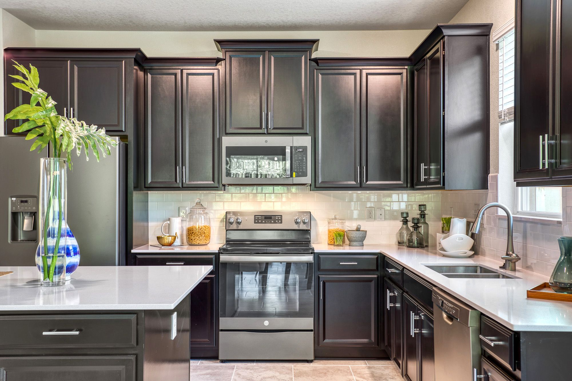 Beautiful Kitchen With Dark Cabinets In 2020 Beautiful Kitchens Dark Kitchen Cabinets New Homes For Sale