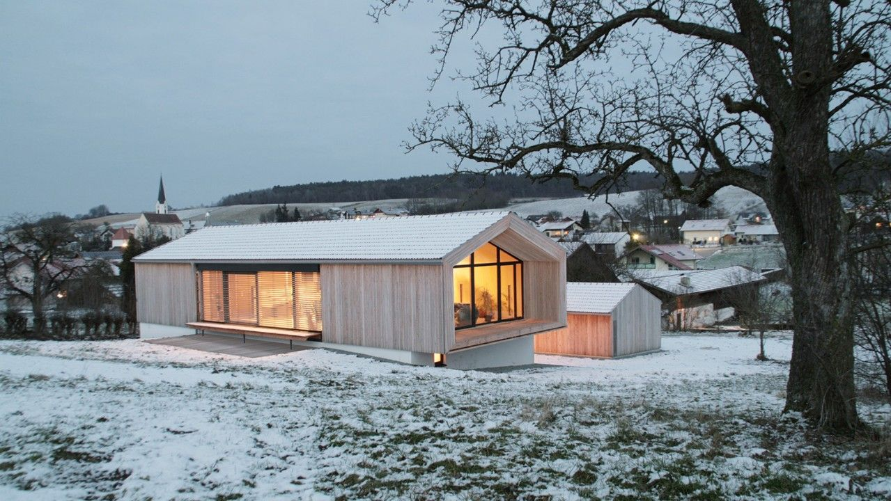 Holzhaus bungalow modern  Wohnen auf einer Ebene - edles Holzhaus am Hang | Monitor Barns ...