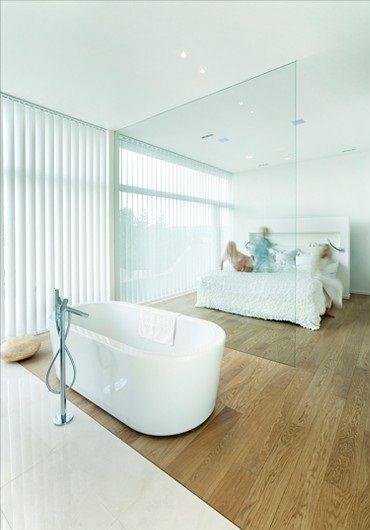 Badezimmer nur mit einer Glasscheibe vom Schlafzimmer getrennt - schlafzimmer mit badezimmer