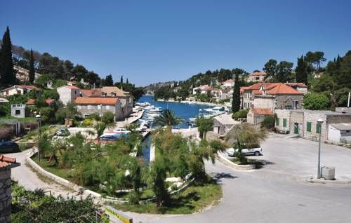 Holiday Home Bobovisca with Fireplace XIV Bobovisca Situated 18 km from Split and 45 km from Makarska, Holiday Home Bobovisca with Fireplace XIV offers accommodation in Lo?i??e. The property is 20 km from Hvar and features views of the sea.  The kitchen has a dishwasher and there is a private...