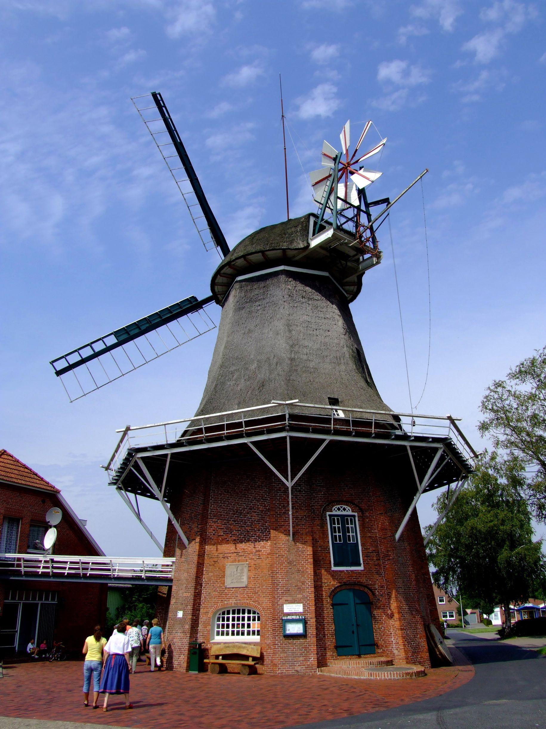 In Remels steht dieser zweistöckige Galerieholländer aus dem Jahre 1803. Die Mühle kann von innen besichtigt werden, es befindet sich darin eine Ausstellung historischer, landwirtschaftlicher Geräte. Im Standesamt-Stübchen kann auch geheiratet werden.